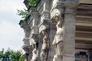 колонны в виде прекрасных женских фигур