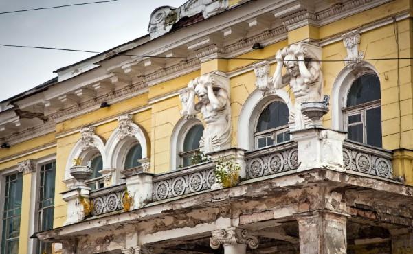 Балконом с фигурами атлантов
