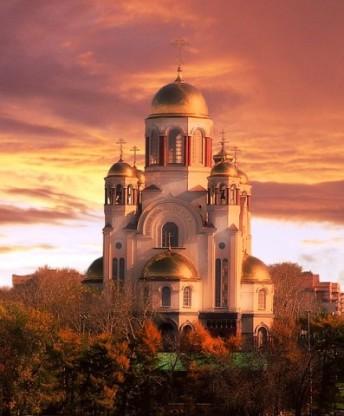 Храм-на-Крови Святых золотые купала