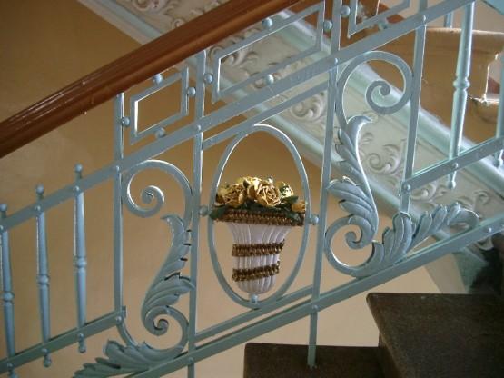 лестниц украшены коваными металлическими букетами цветов