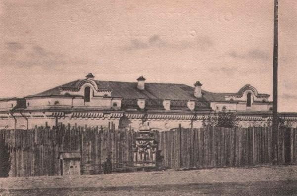 Дом Ипатьева обнесенный высоким забором